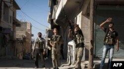 自由叙利亚军8月23日在叙利亚北方城市阿勒颇的布斯坦帕沙地区培训战斗人员如何使用机枪打击一架叙利亚战机