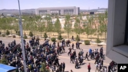周五早上,正兰旗的数百名牧民走上街头,要求政府尊重他们的权利和尊严