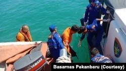 Tim SAR gabungan sedang melakukan pencarian terhadap korban kapal tenggelam di perairan Tanjung Medang, Kabupaten Bengkalis, Riau, Kamis 23 Januari 2020. (Foto: Basarnas Pekanbaru)