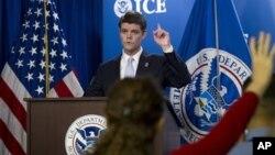 John Morton, Direktur Penegakan Hukum Imigrasi dan Bea Cukai AS memberikan penjelasan mengenai kasus perangkat lunak bajakan (foto: dok).
