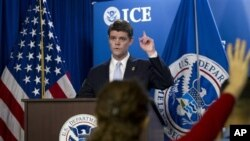 美国移民和海关执法局局长莫顿2013年1月3日在华盛顿举行的一个记者会上宣布在为期五个星期的有关国际儿童色情行业问题的调查工作中逮捕了200多名成年人