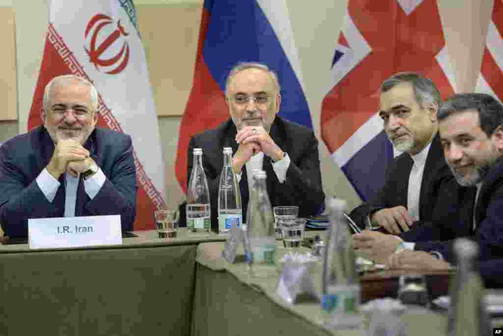Menteri Luar Negeri Iran Javad Zarif (kiri), kepala Organisasi Energi Atom Iran Ali Akbar Salehi (kedua dari kiri), Asisten Khusus Presiden Rouhani Hossein Fereydoun (kedua dari kanan), dan Wakil Menteri Luar Negeri Iran Abbas Araghchi menunggu dimulainya negosiasi-negosiasi nuklir dengan para pejabat P5+1 di Hotel Beau Rivage Palace Hotel di Lausanne, Swiss (30/3).(AP/Brendan Smialowski)