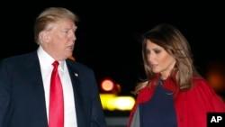 Le président Donald Trump et la première dame Melania Trump arrivent à Air Force One à l'aéroport international de Palm Beach, à West Palm Beach, en Floride, le 2 février 2018.