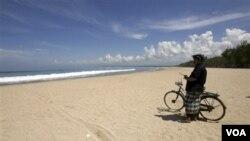 Petugas sedang melakukan patroli di pantai Kuta saat perayaan hari Nyepi. Bali diguncang gempa berkekuatan 6,0 SR (foto:dok).