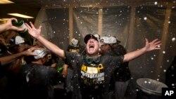 El coach de primera, Rick Sofield, celebra su victoria sobre los Bravos de Atlanta en los vestidores de los Piratas de Pittsburgh.