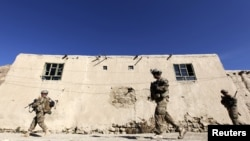 Tentara Amerika tengah berpatroli di provinsi Logar, Afghanistan (Foto: dok). Pemberontak dilaporkan menembak mati delapan warga sipil saat dalam perjalanan menuju tempat kerja mereka di pangkalan AS di wilayah ini, Kamis (18/7).