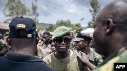 Un commandant local de l'Union des Révolutionnaires pour la Défense du Peuple Congolais / Coopérative pour le Développement du Congo armé est rassuré par d'anciens chefs de guerre sur le processus de démobilisation dans le village de Wadda, en Ituri, le 19 septembre 2020.