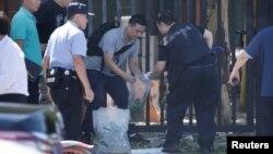 中國警方人員在美國大使館外清理爆炸現場