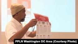 Ketua Panitia Pemilihan Luar Negeri (PPLN) Washington DC area Andang Purnama menunjukkan contoh surat suara dalam sosialisasi Pemilu. (Foto: PPLN Washington DC area)