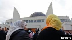 Perempuan Muslim bersiap menghadiri peresmian Masjid Agung Strasbourg. (Foto: Dok)