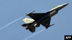 پاکستانی فضائیہ کا ایک لڑاکا ایف 16 طیارہ۔ فائل