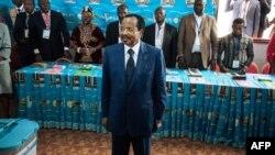 Le président du Cameroun, Paul Biya, au bureau de vote du quartier de Bastos à Yaoundé, le 7 octobre 2018.