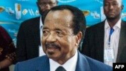 Le président du Cameroun, Paul Biya lors du vote au bureau de vote du quartier de Bastos à Yaoundé, le 7 octobre 2018.