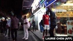 တ႐ုတ္ႏုိင္ငံ Guangzhou ၿမိဳ႕ရွိ အာဖရိကတုိက္သားမ်ား ဆုံစည္းသြားလာေလ့ရွိသည့္ ေနရာတခု။ (မတ္ ၂၊ ၂၀၁၈)