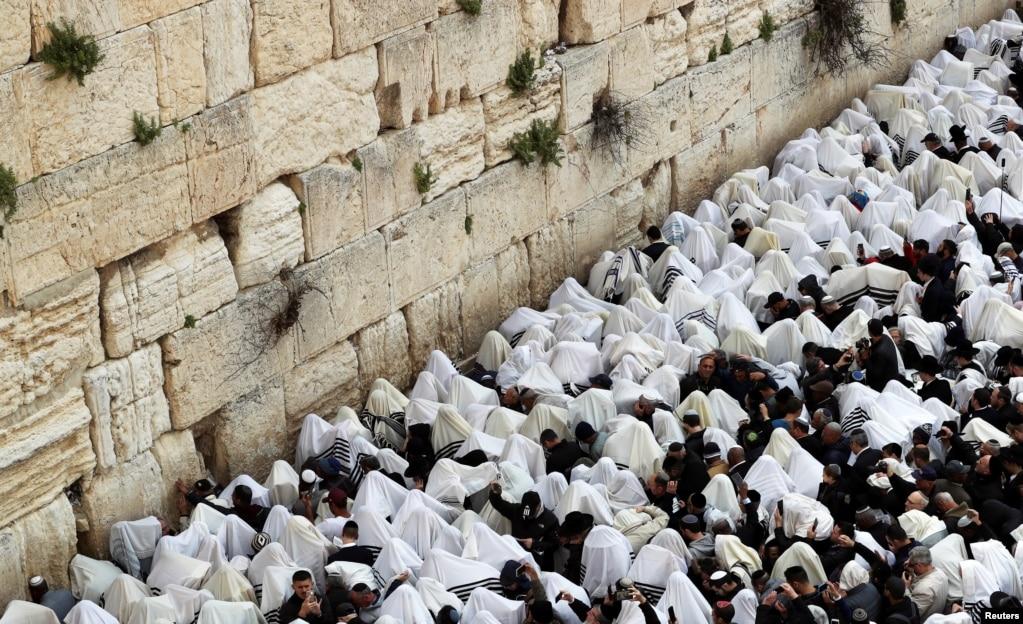 예루살렘 올드 시티의 통곡의 벽 앞에서 유원절을 맞아 신자들이 기도하고 있다. 유월절은 기원전 1513년에 하느님이 이스라엘 백성을 이집트 노예 생활에서 해방시킨 것을 기념하는 유대인의 행사이다.