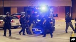 Cảnh sát chuyển một người đàn ông bị thương trong cuộc bạo động tại Milwaukee đến bệnh viện, ngày 14/8/2016.