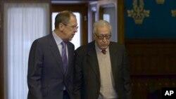 聯合國與阿拉伯國家聯盟聯合和平特使卜拉希米(右)12月29日在俄羅斯與外長拉夫羅夫討論敘利亞情況。
