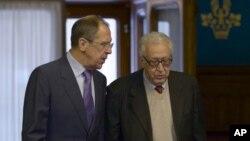 Menteri Luar Negeri Rusia Sergey Lavrov (kiri) dan Utusan Perdamaian PBB-Liga Arab untuk Suriah Lakhdar Brahimi upayakan solusi untuk penyelesaian konflik Suriah di Moskow, Rusia (29/12).