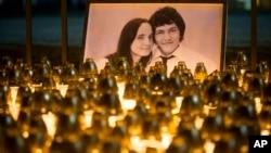 Arhiva - Svijeće upaljene u čast ubijenog novinara i njegove vjerenice tokom protesta u Bratislavi, Slovačka, 28. febraura 2018.