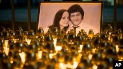 Lilin-lilin dipasang untuk mengenang wartawan Slovakia Jan Kuciak dan pacarnya Martina Kusnirova, terlihat di foto, di Bratislava, Slovakia, 28 Februari 2018.