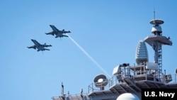 Hai chiếc F/A-18E bay bên trên tàu sân bay USS Carl Vinson (22/2/2017)