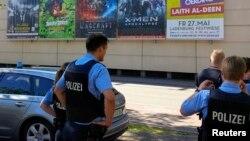 Cảnh sát đứng bên ngoài rạp chiếu phim nơi xảy ra vụ xả súng, ngày 23/6/2016.