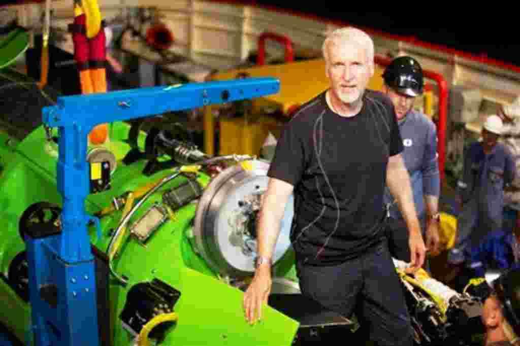 James Cameron junto al Deepsea Challenger con el cual se convirtió en solamente el segundo intento exitoso de descender a las fosas Marianas, el primero en solitario.