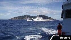 Kapal penjaga pantai Jepang berusaha mengehentikan sebuah perahu nelayan yang mendekati Pulau Senkaku yang disengketakan (foto: dok).