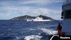 Sebuah kapal penjaga perairan Jepang (tengah) berupaya menghalangi kapal penjaga perairan Taiwan yang mengawal kapal nelayannya mendekat ke kepulauan sengketa di Laut Cina Timur (4/7). Kepulauan ini disebut Senkaku (Jepang), Diaoyutai / Diaoyo (Tiongkok)
