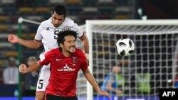 L'attaquant japonais d'Urawa Reds Shinzo Koroki, à droite, en duel avec le défenseur émirati d'Al-Jazira, Musallem Fayez, lors du match de quart de finale de la Coupe du Monde des Clubs de la FIFA au Zayed Sports City Stadium à Abu Dhabi le 9 décembre 2017.