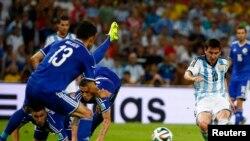 Lionel Messi (kanan) mencetak gol dari sudut yang sempit, setelah mengecoh empat pemain belakang Bosnia (15/6).