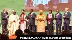 Le président ivoirien Alassane Ouattara et le comité AfrFoodPrize décerne des prix aux lauréats AfricaFoodPrize 2017, Ruth Koniango et Maimouna Coulibaly, lors du forum sur la révolution verte en Afrique (Agra), à Abidjan, Côte d'Ivoire, 6 septembre 2017.