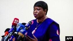 La procureure de la Cour pénale internationale, Fatou Bensouda, donne une conférence de presse à Khartoum, la capitale du Soudan, le 20 octobre 2020, à l'issue de sa visite de cinq jours dans le pays.