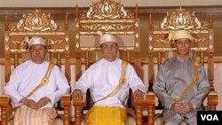 Presiden Thein Sein (tengah) berfoto di kediaman Presiden di Naypyitaw, Birma (31/3).