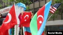 Türk Yürüşündə Türkiyə, Azərbaycan və Amerika bayraqları