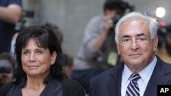 ທ່ານ Dominique Strauss-Kahn ອະດີດຫົວໜ້າກອງທຶນສາກົນ ແລະພັນລະຍາ ຍ່າງອອກຈາກສານໃນນະຄອນນີວຢອກ. ວັນທີ 23 ສິງຫາ 2011
