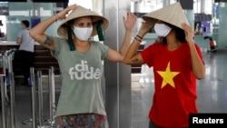 Du khách Brazil tại sân bay Nội Bài hôm 21/4/2020.