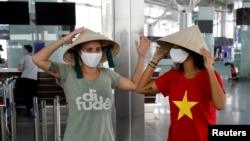 Khách du lịch quốc tế tại sân bay Nội Bài hồi tháng Tư năm 2020.