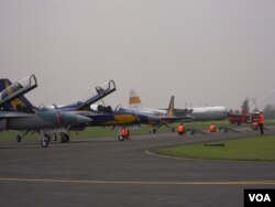 16 pesawat tempur T 50i Golden Eagle buatan Korea Selatan yang diterima TNI AU, Kamis 13 Februari 2014 (VOA/Andylala)