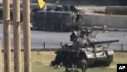 반정부 시위를 진압하는 군 탱크