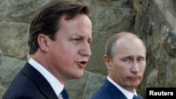 英国首相卡梅伦和俄罗斯总统普京(右)5月10日在索契向媒体发表讲话
