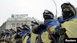 ໜ່ວບລົບພິເສດ ຂອງກອງທັບຢູເຄຣນ ຢືນລຽນແຖວກັນ ກ່ອນອອກໄປປະຕິບັດງານທາງທະຫານ ໃນລະຫວ່າງການ ທຳພິທີສັ່ງລາ ທີ່ນະຄອນ Kharkiv, ວັນທີ 30 ມັງກອນ 2015.