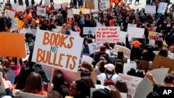 Ratusan pelajar dalam demonstrasi memprotes kekerasan bersenjata di Capitol, St. Paul, 20 April 2018.
