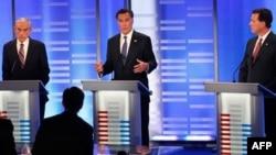 Từ trái: Cựu Thống đốc bang Massachusetts Mitt Romney, Dân biểu bang Texas Ron Paul và cựu thượng nghị sĩ bang Pennsylvania Rick Santorum trong cuộc tranh luận tại bang New Hampshire
