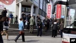 便衣警察今年4月拍攝拘捕北京守望教會成員的現場 (資料照片)