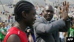 Le président du Liberia, George Weah (à dr.), avec son fils Junior, au vélodrome de Marseille, le 11 juin 2005.