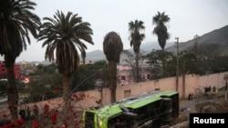 一辆双层旅游大巴在秘鲁首都利马圣克里斯托瓦尔山发生翻车事故。(2017年7月9日)