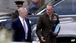 ژنرال دانفورد رئیس ستاد مشترک ارتش و جیم متیس وزیر دفاع آمریکا در ورودی کاخ سفید
