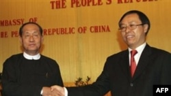 曾任中华人民共和国驻缅甸联邦特命全权大使的李军华和缅甸副总裁田翁敏吴(左)