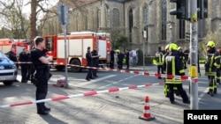 پلیس و نیروهای امدادی آلمان در خیابان های منتهی به محل حادثه